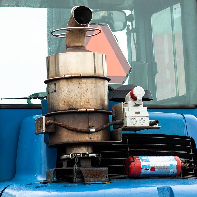 Partikelfilter och avgasrenare på dieseltruck.