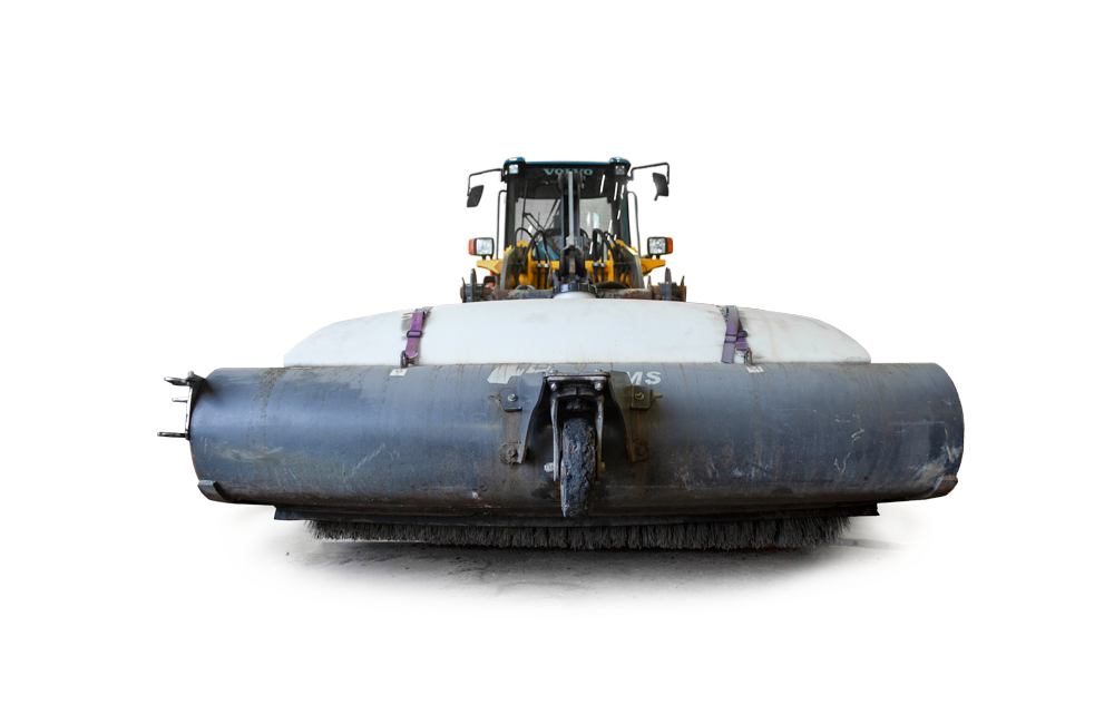 Närbild på ett sopaggregat monterat på en hjullastare med 3 tons lyftkapacitet.